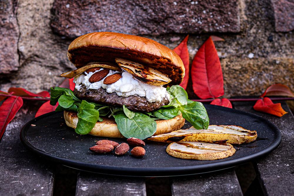 Dry Aged Burger mit Ziegenkäse und Birne